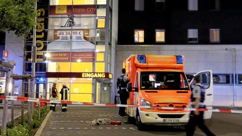 Feuer-Polizist-rettet-Frau-bei-Hotelbrand-in-Essen-das-Leben