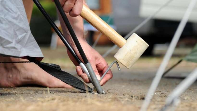 survival-tricks-zelt-beim-aufbau-im-wind-sofort-am-boden-fixieren