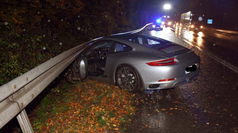 Porsche schleudert auf A 45 bei Wilnsdorf in Schutzplanke - WR