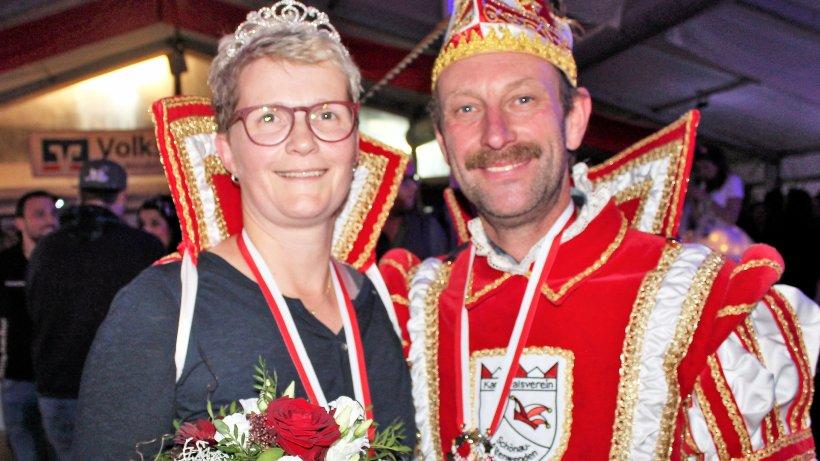 Konfetti rieselt auf neues Prinzenpaar in Schönau hinab - WR