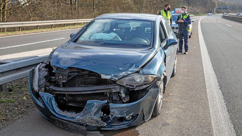 Verkehrsunfall-Unfall-auf-der-A-4-bei-Olpe-Autofahrer-wich-Holzlatte-aus